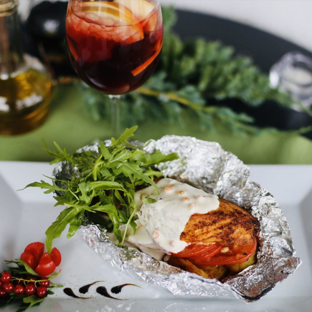 Карточчо с филе лосося и икорным соусом