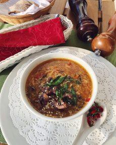 Кисло-сладкий китайский суп с говядиной